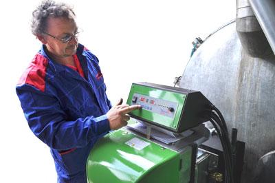 Installatore durante la fase di collaudo e installazione del bruciatore